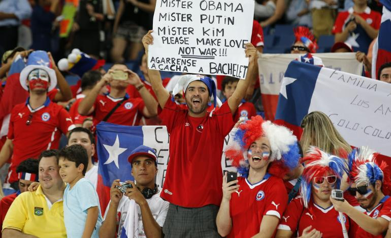 chile-fan-holds-sign