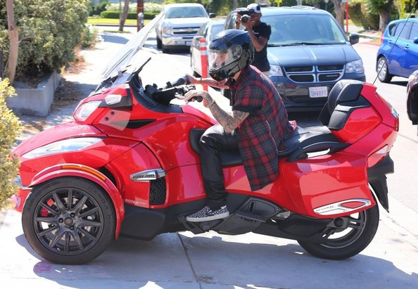 justin-bieber-takes-his-new-can-am-spyder-rt-s-for-a-ride-not-hells-angels_3