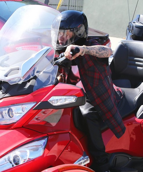 justin-bieber-takes-his-new-can-am-spyder-rt-s-for-a-ride-not-hells-angels_6